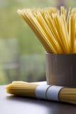 Spaghetti op een vensterbank van het keukenvenster Royalty-vrije Stock Foto