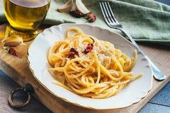 Spaghetti op witte plaat Stock Afbeeldingen