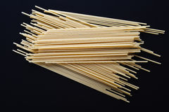 Spaghetti op zwarte Royalty-vrije Stock Foto's