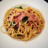 Spaghetti in padella con Chili And Crispy Bacon secco Immagine Stock Libera da Diritti