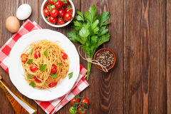 Spaghetti pasta with tomatoes and parsley Royalty Free Stock Photos