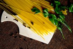 Spaghetti, persil et clous de girofle Photographie stock