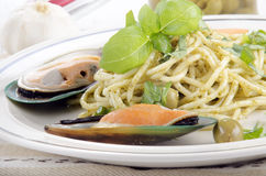 Spaghetti with pesto and green lipped mussels Royalty Free Stock Photos