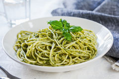 Spaghetti in pesto sauce Royalty Free Stock Photos