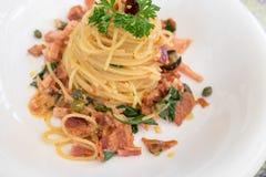 Spaghetti piccanti con bacon e basilico Immagini Stock