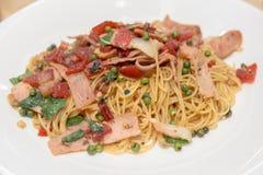 Spaghetti piccanti con bacon e basilico Alimento Fotografia Stock