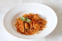 Spaghetti piccanti dei frutti di mare su un piatto bianco Fotografia Stock