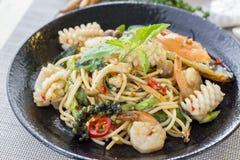 Spaghetti piccanti in padella con i frutti di mare o gli spaghetti ubriachi, Fotografie Stock