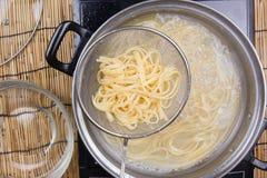 Spaghetti podnoszący dalej zimna woda z colander obrazy royalty free