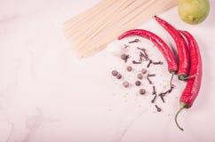 Spaghetti, podprawy dla i podprawy dla przygotowania na białym marmurowym tle przygotowania, spaghetti/ Odgórny widok kopia zdjęcie royalty free