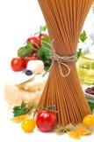 Spaghetti, pomodori, erbe, olio d'oliva e parmigiano interi Immagini Stock