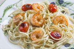 Spaghetti with prawns and grape tomatoes Royalty Free Stock Photos