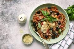 Spaghetti putanesca z kurczakiem Odgórny widok z kopii przestrzenią obraz stock