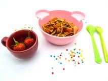 Spaghetti réglés de nourriture de menu d'enfants avec la sauce tomate et les fraises photo libre de droits