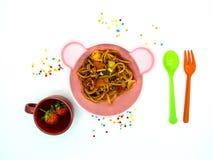 Spaghetti réglés de nourriture de menu d'enfants avec la sauce tomate et les fraises photos libres de droits