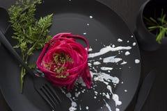Spaghetti roses, couvert noir Images stock