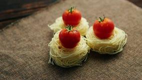 Spaghetti roulés avec des tomates banque de vidéos