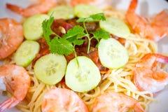 Spaghetti słuzyć z garnelą i pomidorami Krewetkowy Scampi makaron fotografia stock