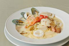Spaghetti-Sahnesauce-Meeresfrüchte lizenzfreie stockbilder