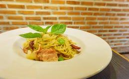 Spaghetti in schotel gezet op de lijst met bakstenen muur bij restaurant Stock Foto's