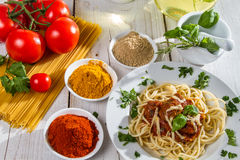 Spaghetti served with fresh vegetables Royalty Free Stock Images