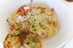 Spaghetti servis avec la crevette et les tomates Pâtes de scampi de crevette Photo libre de droits