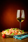 Spaghetti with shrimps and wihte wine Royalty Free Stock Photos