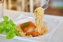 Spaghetti with spicy fried chicken Royalty Free Stock Images