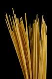 Spaghetti su fondo nero Fotografia Stock