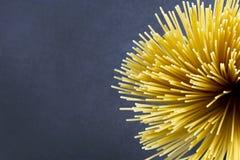 Spaghetti su un fondo scuro Fotografie Stock