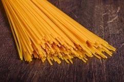 Spaghetti sulla tavola immagine stock libera da diritti