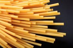 Spaghetti sur le fond noir Images stock