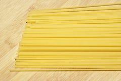 Spaghetti sur le panneau en bois Photos libres de droits