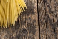 Spaghetti sur une table en bois Photographie stock
