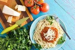 Spaghetti talerz z serem nad błękita stołem obraz royalty free