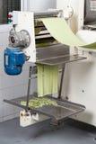 Spaghetti-Teigwaren, die in automatisiert verarbeitet werden stockfotos
