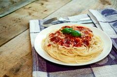 Spaghetti-Teigwaren mit Tomatensauce, Käse und Basilikum auf Holztisch Traditionelle italienische Nahrung stockfoto