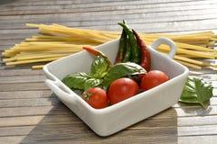 Spaghetti, tomaten, basilicum en hete peper Stock Afbeelding