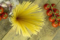 Spaghetti, tomatos and garlic Stock Photography