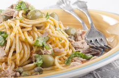 Spaghetti with tuna, olive and basil Royalty Free Stock Photos