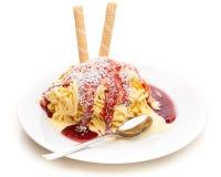 Spaghetti uit roomijs wordt gemaakt dat stock afbeelding