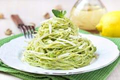 Spaghetti verdi italiani con i piselli di pesto, menta della pasta immagini stock