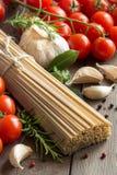Spaghetti, verdure ed erbe del grano intero Fotografia Stock