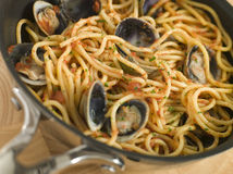 Spaghetti Vongole dans un carter Photos stock