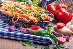 spaghetti Włoska i Śródziemnomorska kuchnia Spaghetti Bolognese z czereśniowym pomidorem i basilem fotografia stock