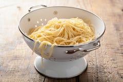 Spaghetti w colander obrazy stock