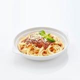 Spaghetti in weerspiegelende witte lijst Stock Afbeelding