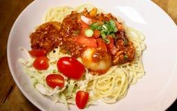 Spaghetti, wieprzowina kotleciki z czereśniowymi pomidorami zdjęcia royalty free