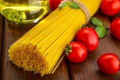 Spaghetti z basilem, pomidoru olej Zdjęcie Stock