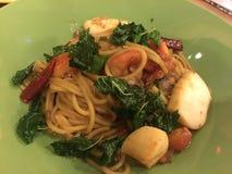 Spaghetti z fertanie Smażącą kałamarnicą, garnela, warzywa, fuzja styl obraz stock